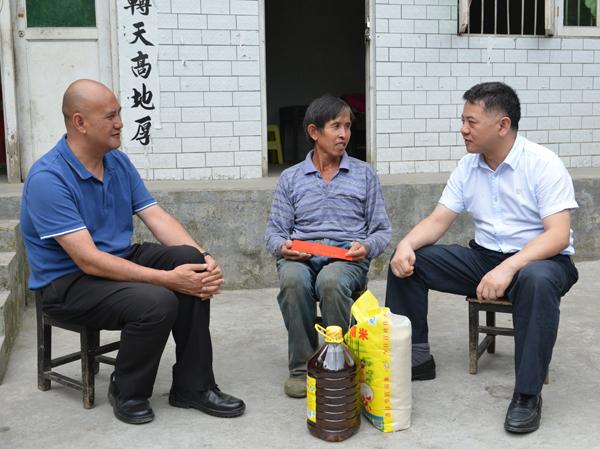 8月5日,贵州省交通运输厅党委委员、副厅长刘扬到开阳县城关镇石头村开展遍访贫困村贫困户工作。省交通运输厅挂帮办、开阳县驻村工作站等有关同志随行开展遍访工作。 据了解,石头村位于开阳县城北部,距离县城5公里,面积约37平方公里,全村辖30个村民组,人口6077人,居住有汉、苗、布依族等,少数民族占46%。 当日上午11时,刘扬来到开阳县城关镇石头村贫困户唐天亮家中,并与唐天亮坐在一起进行亲切交谈,详细了解他家中生产生活、收入支出等情况以及目前存在的困难和问题。 唐天亮家中有三个子女,最大