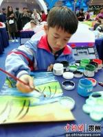 图为小学生参加魅力东盟填色与绘画比赛。 杨兰雁 摄 - 贵州新闻