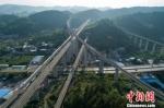 资料图:图为贵州贵阳市郊的高铁线路。贺俊怡 摄 - 贵州新闻