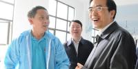程凯副理事长(右)在贵州省残联理事长周承洲(中)陪同下在彩阳服饰有限公司调研.jpg - 残疾人联合会