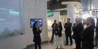图为代表团在国家大数据(贵州)综合试验区展示中心参观。 冷桂玉 摄 - 贵州新闻