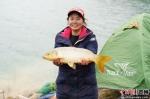 图为来自广西的女选手展示钓到的鲤鱼。贺俊怡 摄 - 贵州新闻